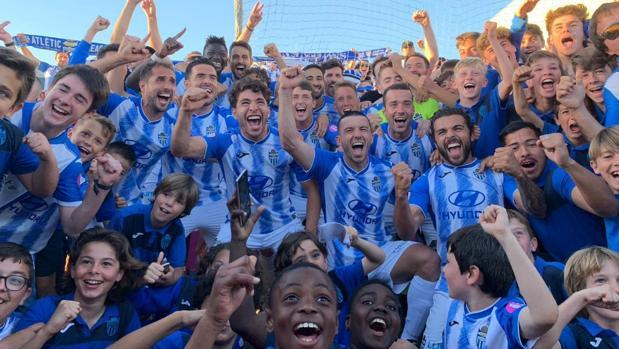 El Atlético Baleares, clasificado para el playoff, celebra el campeonato del Grupo III de Segunda B