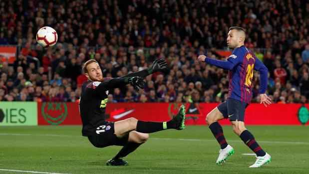 Oblak, ante Jordi Alba en el partido de Liga ante el Barcelona del pasado sábado