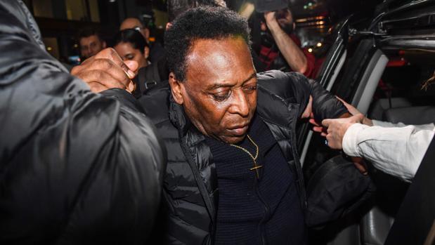 Pelé, ayudado en su traslado al hospital