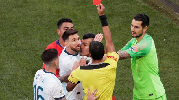 Messi contempla, incrédulo, la tarjeta roja