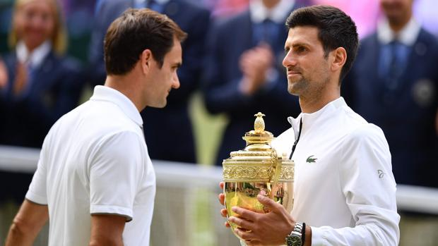 Djokovic, con con trofeo de Wimbledon