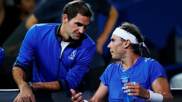 Federer dialoga con Nadal durante el partido que el balear disputó contra Raonic