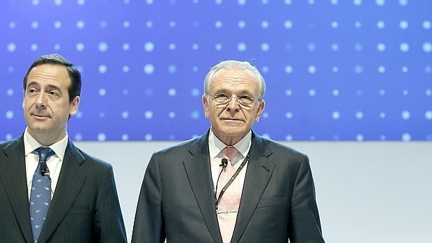 El presidente y consejero delegado de CaixaBank, Isidre Fainé y Gonzalo Gortázar (i), respectivamente, conversan al inicio de la junta general de accionistas ordinaria donde, han anunciado los resultados de la empresa en el primer trimestre de 2016