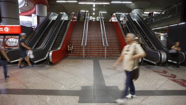 Viajeros en la estación madrileña de Atocha en la primera de las jornadas de huelga convocadas por el sindicato de maquinistas Semaf en Renfe