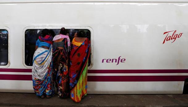 El tren Talgo pasa por la estación de Bombay durante el periodo de pruebas