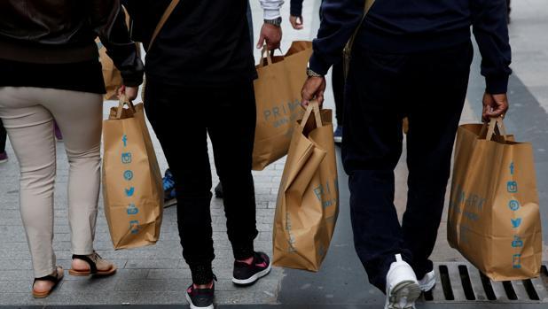 Consumidores con bolsas de Primark