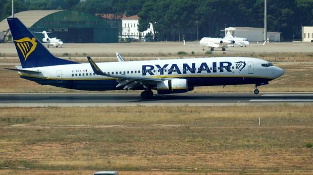 Un avión de Ryanair aterrizando en el aeropuerto de Valencia