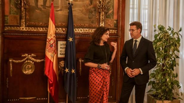 La ministra de Hacienda, María Jesús Montero, con el presidente de la Xunta de Galicia, Alberto Núñez Feijóo