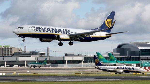 Un avión de Ryanair durante el aterrizaje