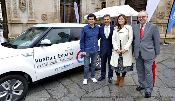 Pepe Rodríguez, Francisco Arteaga, Esperanza Caro y Antonio Rodríguez, ayer, ayer, junto al coche eléctrico, a las puertas del Ayuntamiento de Sevilla