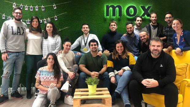 El equipo de oficina de Mox, con el CEO, Gregorio López, a la derecha
