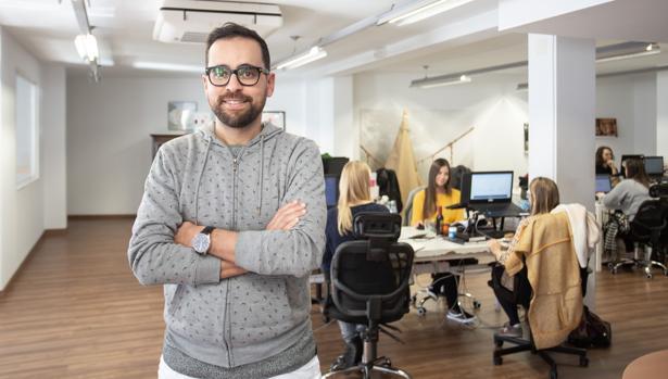 Talal Benjelloun, cofundador de Glamping Hub, en la oficina central de la Cuesta del Rosario en Sevilla