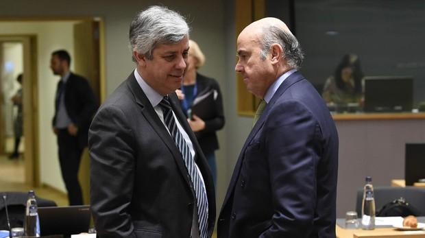 El presidente del Eurogrupo luso, Mario Centeno, con el vicepresidente del BCE, Luis de Guindos