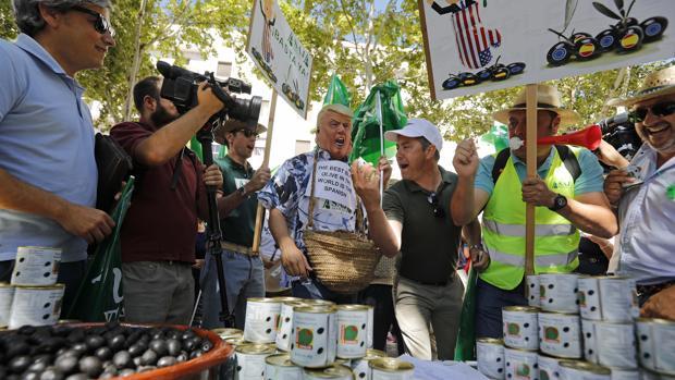 Protesta en Sevilla, donde participó un manifestante disfrazado de Donald Trump