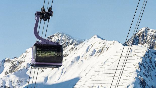 Un teleférico entre cumbres nevadas