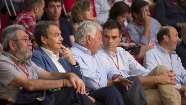De izda a dcha: el exsecretario general de UGT Cándido Méndez y los expresidentes Rodríguez Zapatero, Felipe González y Pedro Sánchez