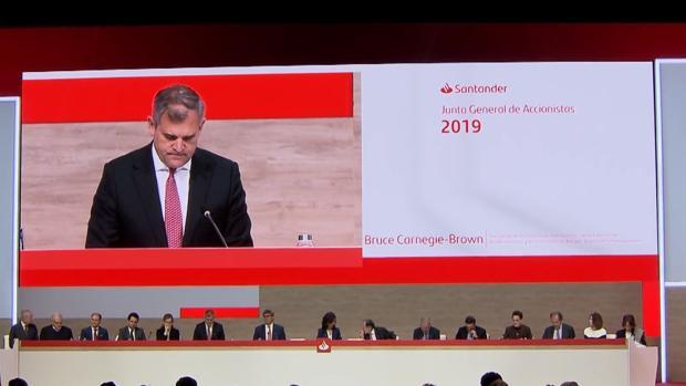 El vicepresidente y consejero coordinador del Santander, Bruce Carnegie-Brown, ayer durante la junta