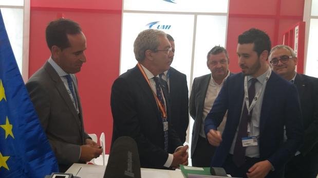 Antonio Ramírez, CEO de UMI Aeronáutica; el consejero Rogelio Velasco y (al fonod a la derecha), Joaquín González-Stetzelberg, consejero delegado de Aero SM Associate, firma sevillana que ha desarrollado el proyecto