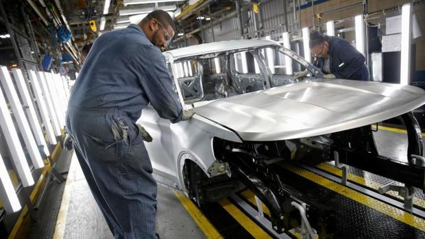 Trabajadores en una fábrica de coches en Chicago