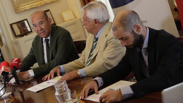 Francisco Ferraro, Francisco Herrero y José Luis García Hidalgo, en la Cámara de Comercio de Sevilla