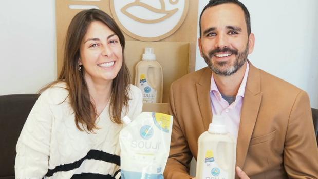 Catalina y Sergio, los fundadores de Souji, sostienen bolsas de su nuevo producto, que pretenden introducir en la hostelería