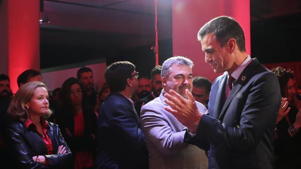 La ministra de Economía en funciones, Nadia Calviño, junto al presidente del Gobierno, Pedro Sánchez, en la presentación de la campaña del PSOE