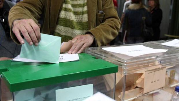 Un ciudadanos depositando su voto en una de las últims convocatorias electorales