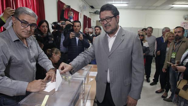 Francisco Serrano ejerce su derecho al voto