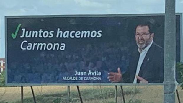 El cartel electoral del alcalde popular de Carmona sin el logo del Partido Popular
