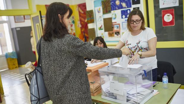 Imagen de archivo de una mujer votando en unas elecciones