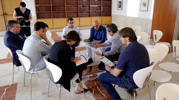 Los técnicos de 7TV con Francisco Robles preparando el debate horas antes