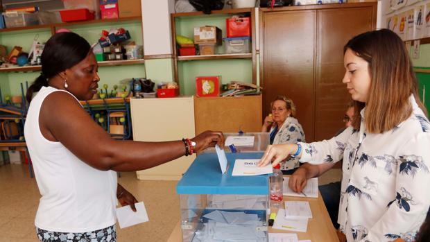 Una mujer ejerce su derecho al voto en un colegio de Almería