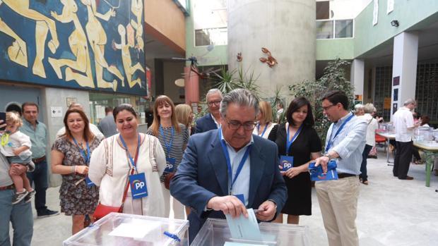 Juan Ignacio Zoido vota en su colegio electoral en Sevilla