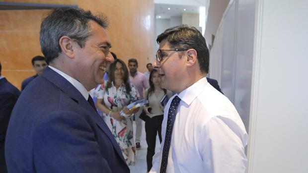 Espadas y Pimentel charlan antes de un debate electoral