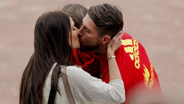 Pilar Rubio besa a Sergio Ramos. Con ellos Sergio Jr., su primogénito