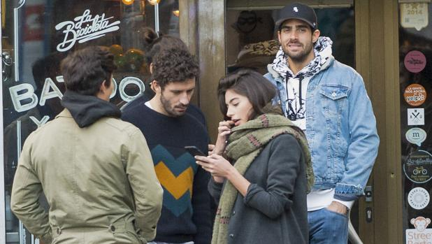 Rocío, junto a Juan y un grupo de amigos de este