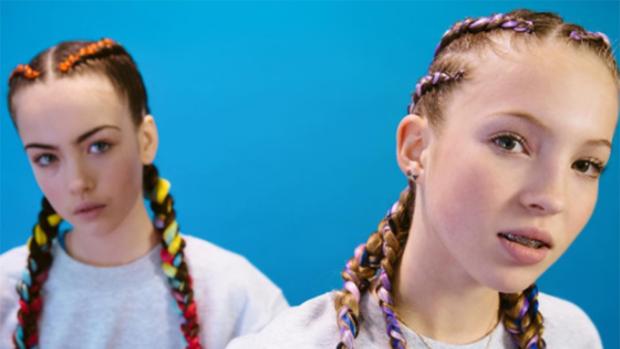 Lila Moss (derecha) en su primera campaña publicitaria
