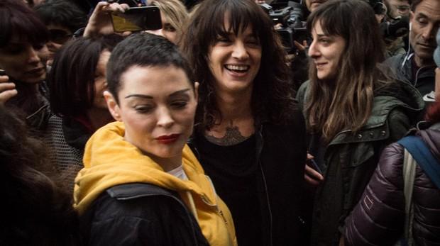 McGowan y Argento, durante una manifestación feminista en Roma, el 8 de marzo