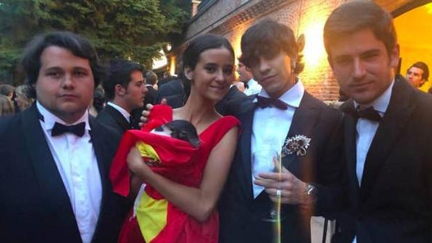 Victoria Federica junto a unos amigos y sosteniendo un cerdo vietnamita, uno de los regalos más llamativos de la fiesta