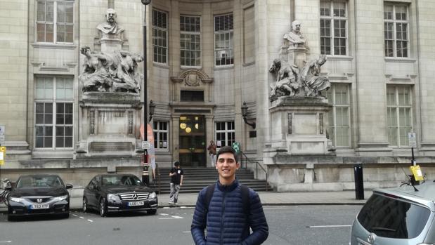 Rubén posa ante el Imperial College of London