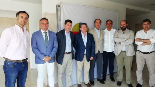 Grupo de profesores, junto al coordinador Felipe García de Pesquera, en la preparación previa del curso