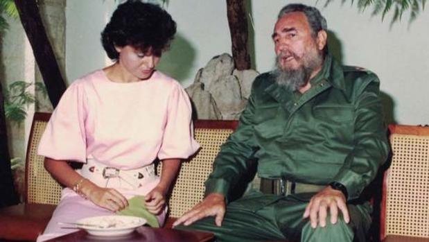 La abogada de los afectados de Cerro Belmonte, junto a Fidel Castro, durante la visita de los vecino a La Habana