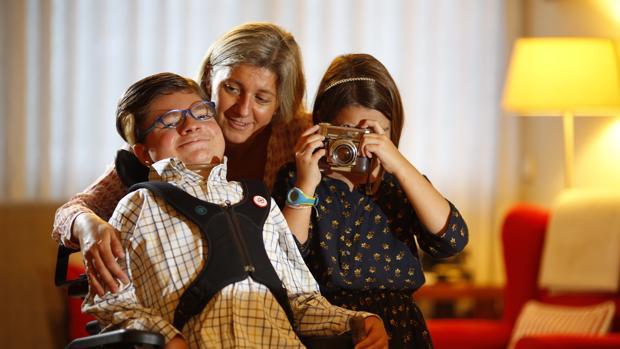 Andrés Marcio, que da nombre a la Fundación, junto a su madre y su hermana