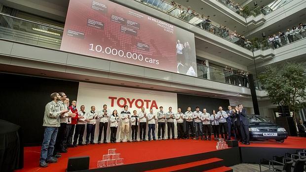 El primer Toyota Corolla fabricado en Europa, presente en la celebración