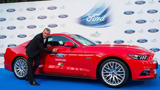 Antonio Banderas firmando el Ford Mustang que será subastado