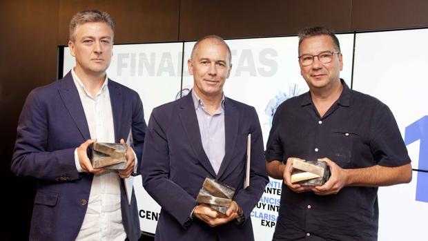 Los ganadores de la decimonovena edición de los Premios de Periodismo de Accenture, de izquierda a derecha: Francisco Jódar, de Muy Interesante, Jose Ramón Alonso en representación de Unai Mezcua, de ABC, y Rufino Contreras, de Computing