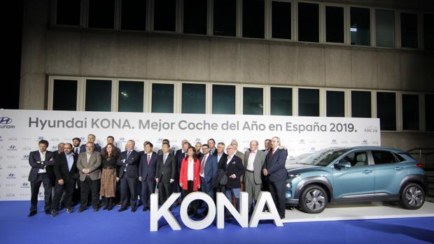 Los miembros del jurado del Premio ABC al Mejor Coche del Año 2019 posan junto a los directivos de Hyundai y el vehículo ganador, el Hyundai Kona
