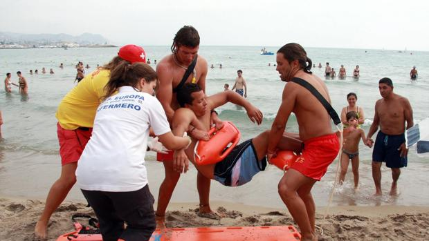 Imagen de archivo de socorristas efectuando un rescate