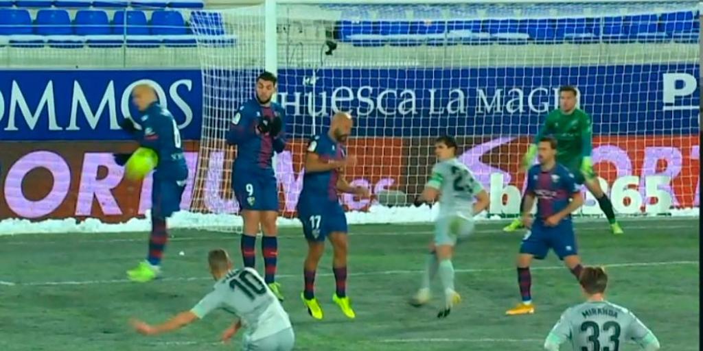 Huesca - Betis: El penalti a favor del Betis que anuló el árbitro