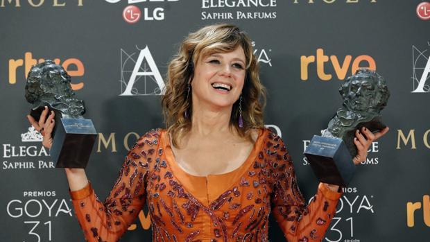 Emma Suárez posa con los dos Goya que ganó el pasado año